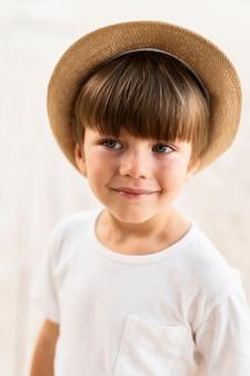 ミディアムショットの帽子をかぶった少年