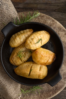 Плоско положите вкусный картофель в миску