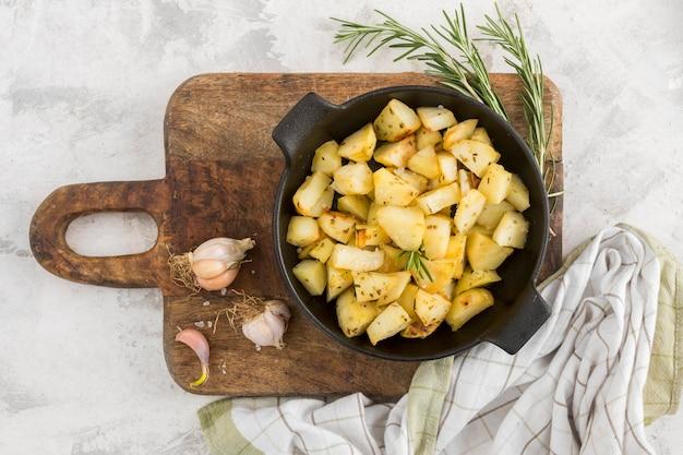 木の板にジャガイモの食事