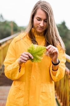 雨の服を着て正面女性
