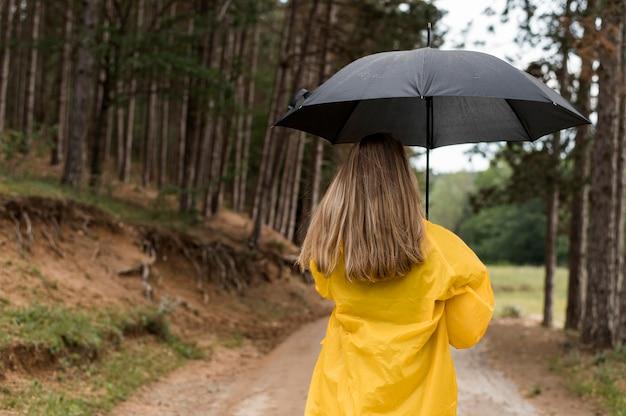 Женщина гуляет в лесу