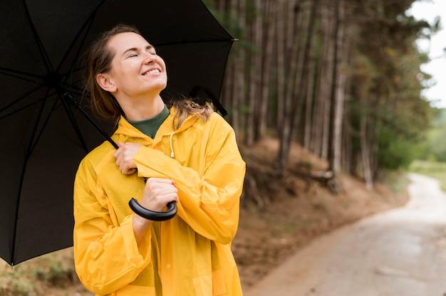 Женщина держит зонтик над головой с копией пространства