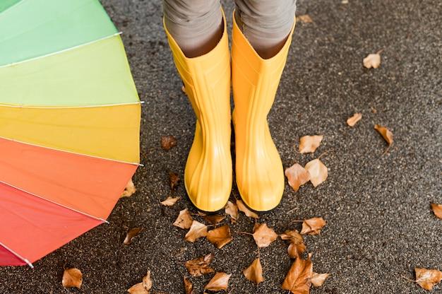 Высокий угол дождя сапоги крупным планом