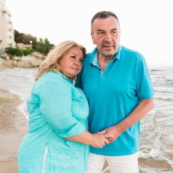 Старшая туристическая пара на пляже