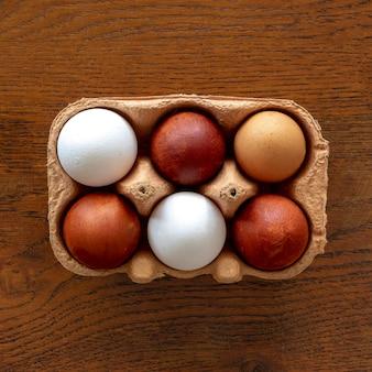 Вид сверху опалубка с яйцами на столе