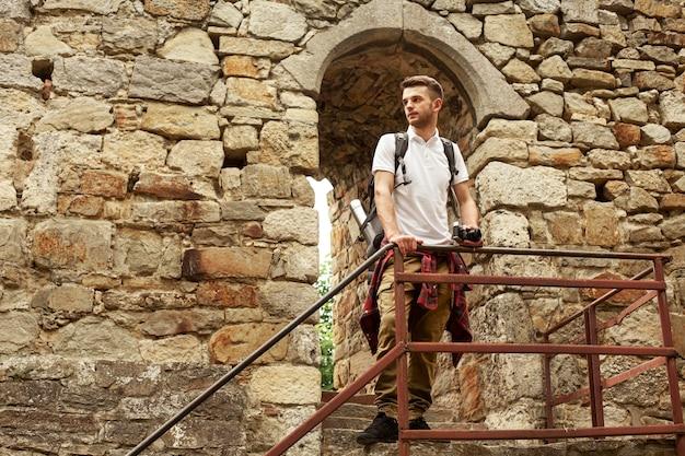 城の階段にカメラを持つ男