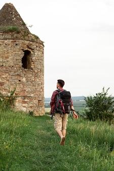城を訪れるポートレート男
