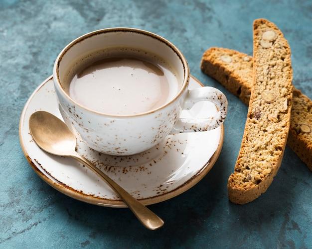 Высокий угол чашки кофе на синем фоне