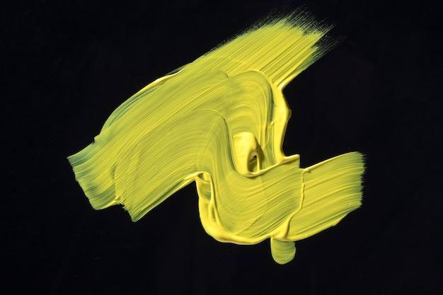 黒の背景に黄色のペンキ