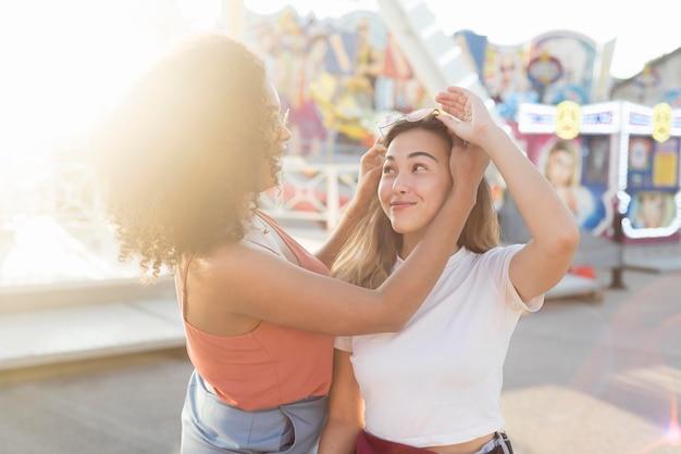 Молодая девушка весело вместе в парке развлечений