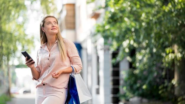 Элегантная взрослая женщина позирует на улице