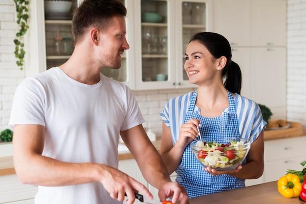 ミディアムショットのキッチンで幸せなカップル