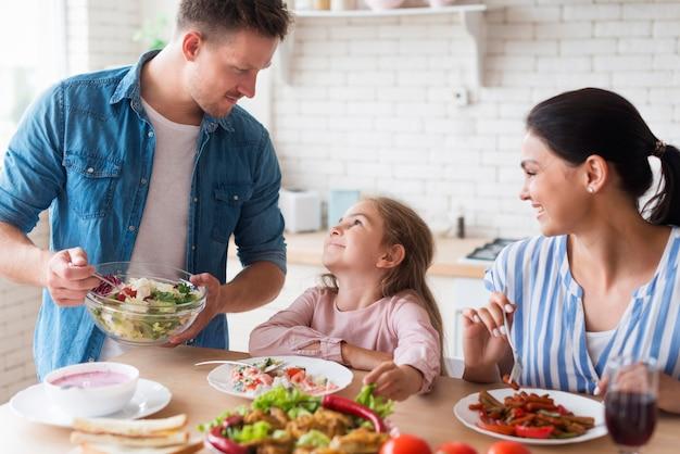 Счастливая семья ест вместе