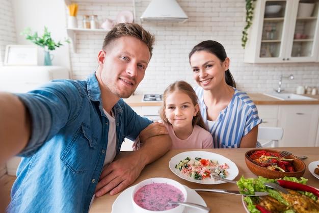 Средняя семья снимается вместе