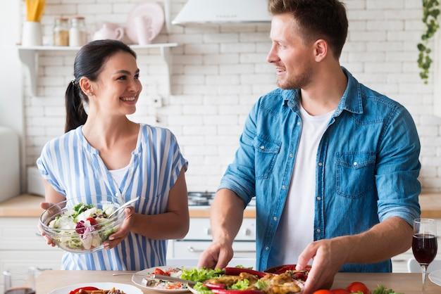 Средний снимок пара на кухне