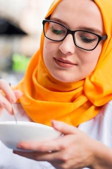 Макро молодая женщина ест