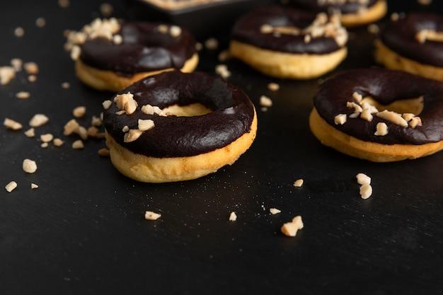 Крупным планом глазированные пончики