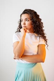 何かを考えている巻き毛の女性
