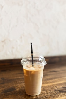 Чашка кофе с соломой на полу