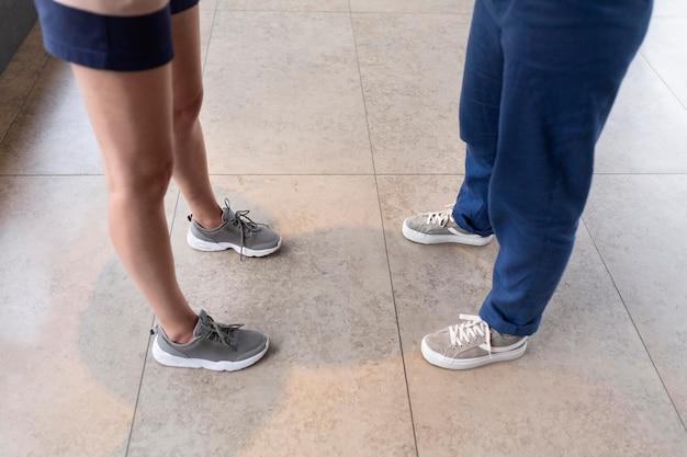 別のズボンを身に着けているクローズアップの足
