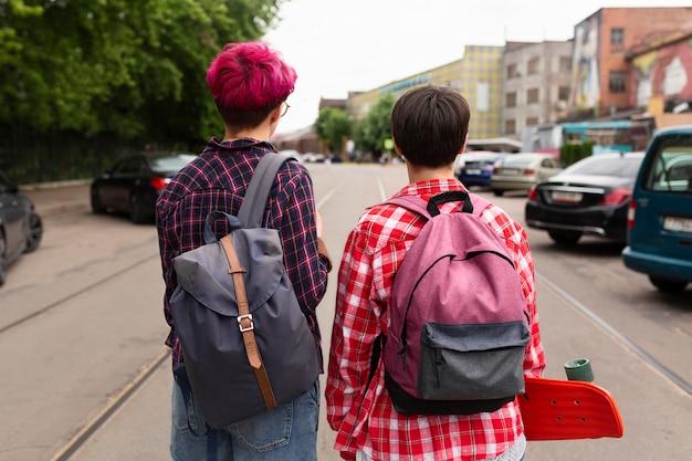バックパックを身に着けているバックビュー友達