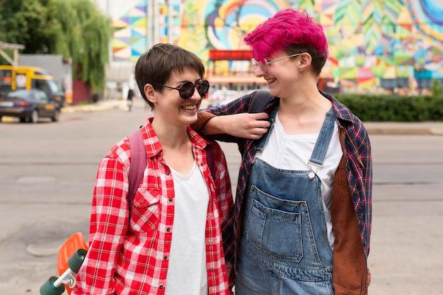 ミディアムショット屋外で友達を笑う