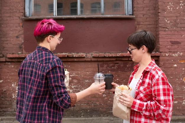 ミディアムショットの友達とコーヒーカップ