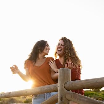 Смайлик счастливые женщины друзья веселятся на открытом воздухе