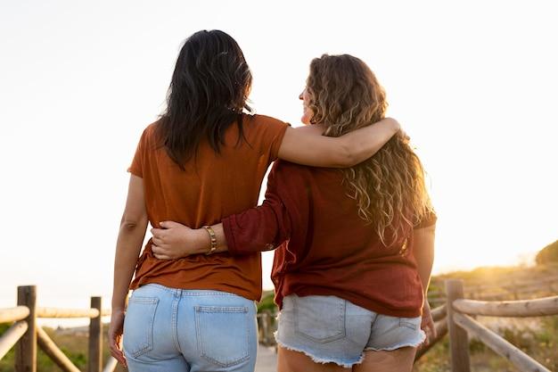 屋外の採用の女性の友人の背面図