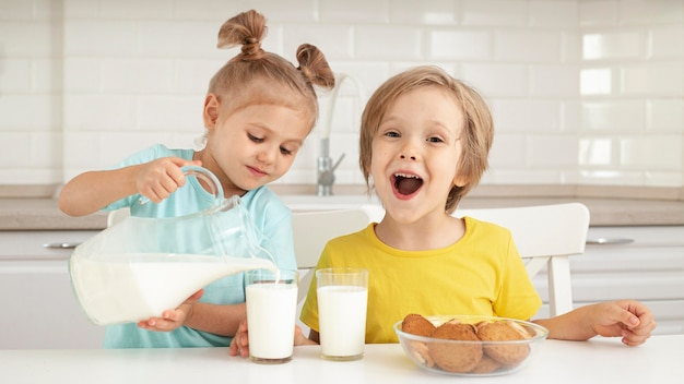 かわいい子供たちが牛乳を飲む