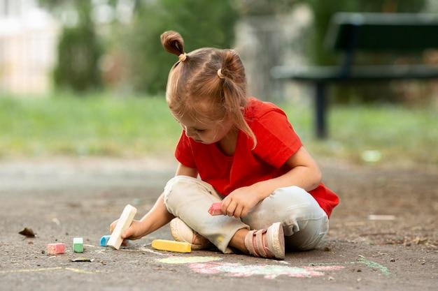 公園を描く少女