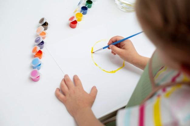Высокий угол маленькая девочка живопись