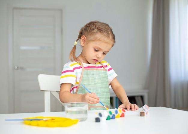 Маленькая девочка рисует