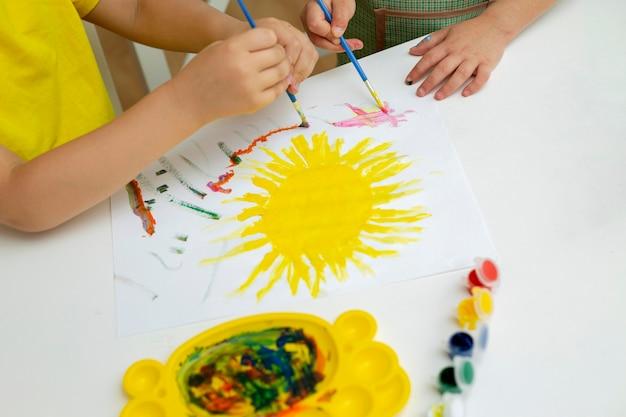 若い子供たちのクローズアップの絵画