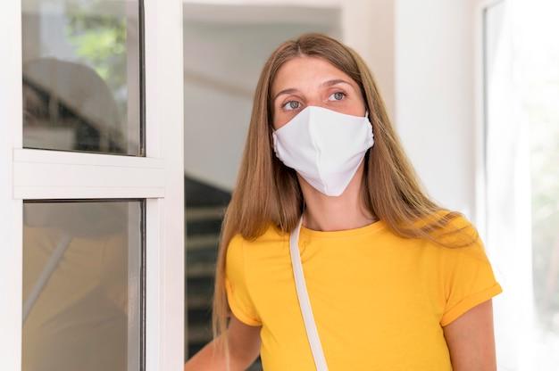正面の女性着用マスク