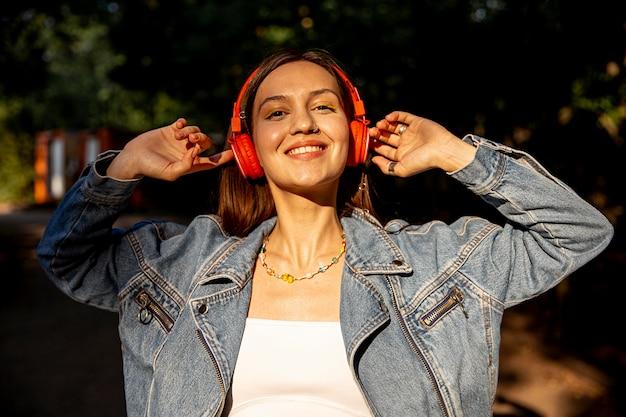 音楽を聞くヘッドフォンで美しい少女