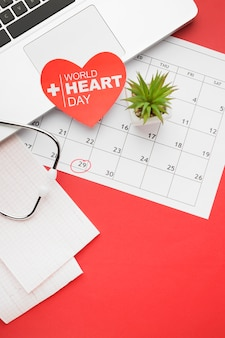 Концепция день сердца мира взгляд сверху с календарем