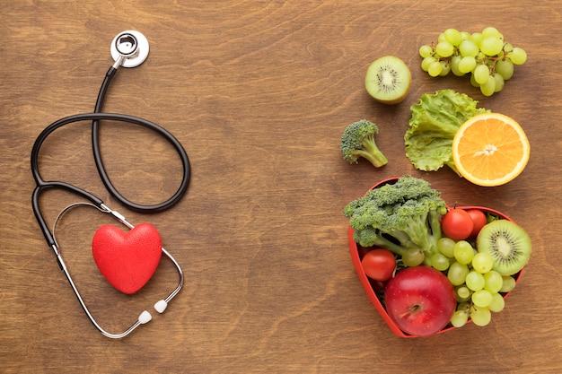 Вид сверху здоровой пищи на всемирный день сердца