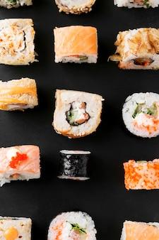 Вид сверху вкусные суши на столе