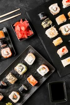 Вид сверху вкусные суши с палочками для еды