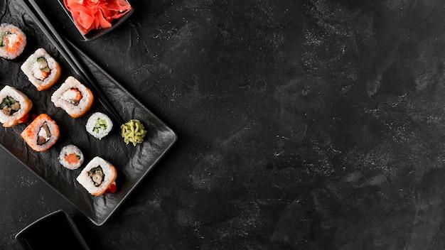 Вид сверху вкусные суши с копией пространства