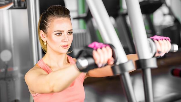 ジムで運動をする若い女性の写真