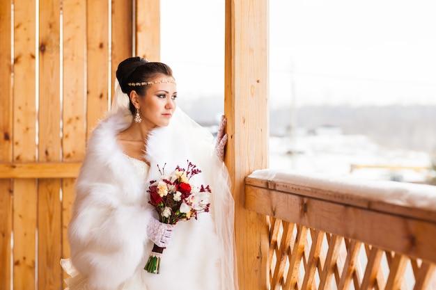 冬には花束を持つ若い花嫁
