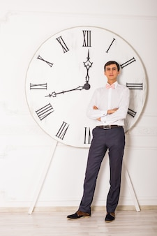 立っているビジネスマンと時間