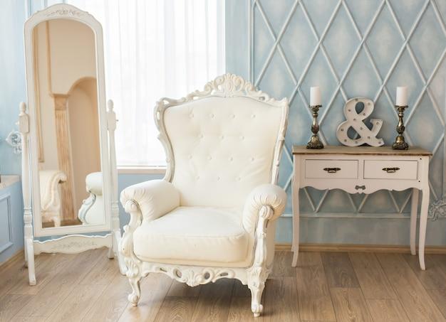 Роскошное кресло в простом белом интерьере