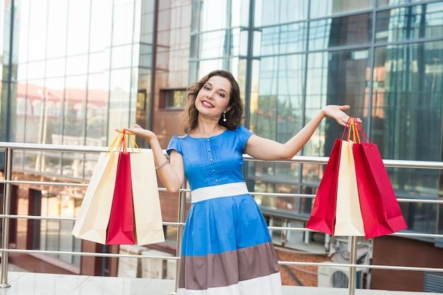 Красивая женщина с хозяйственными сумками