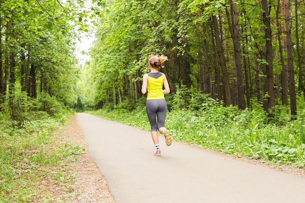 Молодой фитнес женщина бегун на тропе