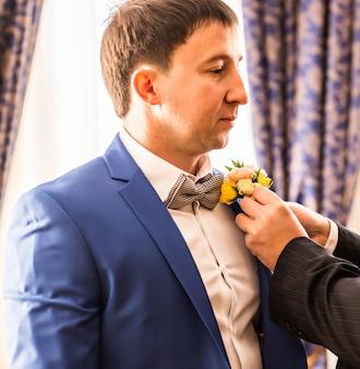 Красивый жених готовится к свадьбе