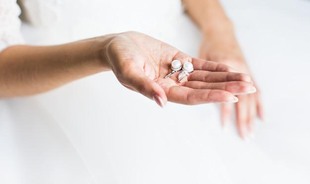 手で真珠のイヤリング