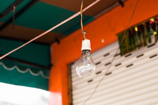 モダンなカフェの白熱灯。エジソンランプ。